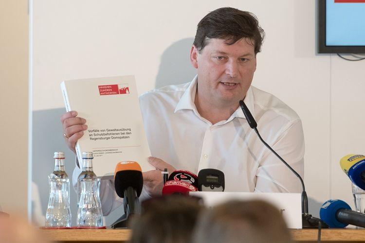 Pengacara Ulrich Weber membeberkan hasil penyelidikannya terkait pelecehan seksual terhadap anak-anak anggota paduan suara Regensburger Domspatzen dalam kurun waktu 1945-1990-an.