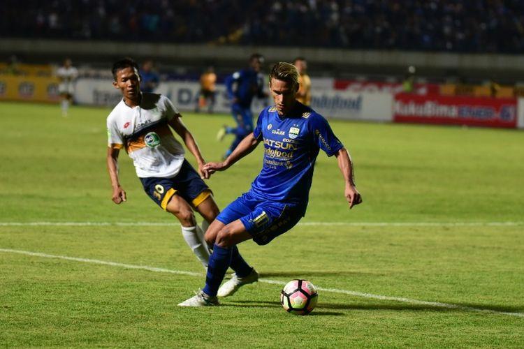 Gelandang Persib Bandung Raphael Maitimo