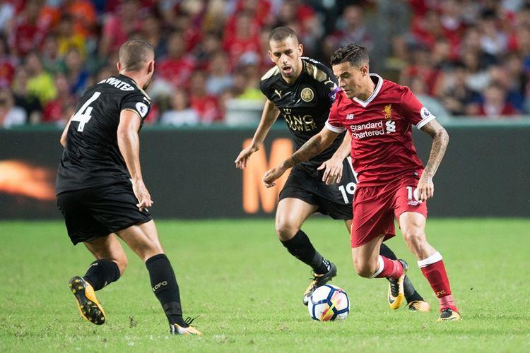 Pemain Liverpool, Philippe Coutinho (kanan), mengontrol bola untuk melewati hadangan pemain Leicester City pada final Premier League Asia Trophy di Hongkong, Sabtu (22/7/2017).
