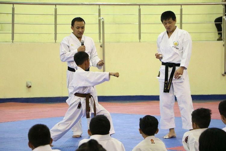 Yamaguchi Sensei (kanan) saat mengajarkan gerakan Kumite kepada atlet Inkanas Jawa Barat.