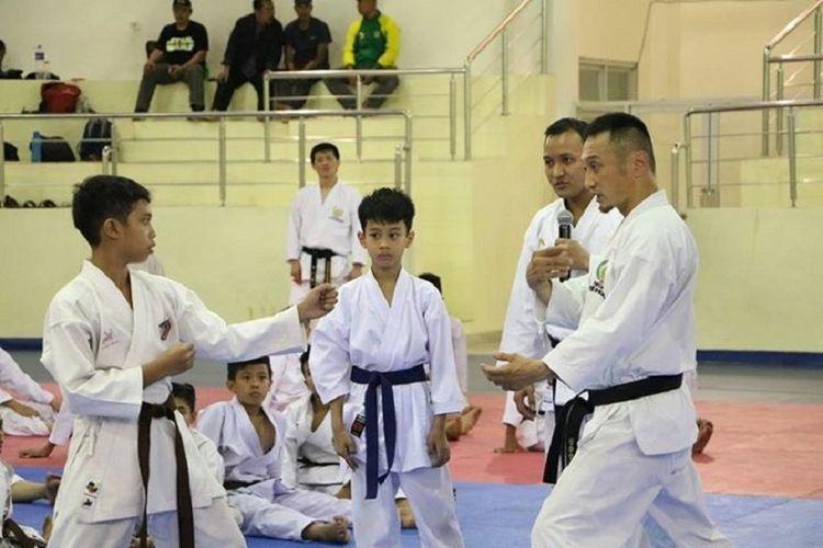 Kanayama Sensei (kanan) saat memperbaiki gerakan atlet Inkanas Jawa Barat, Sabtu (5/8/2017).