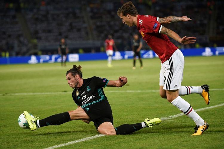 Penyerang Real Madrid, Gareth Bale (kiri), berusaha mengontrol bola ketika melawan Manchester United dalam pertandingan Piala Super Eropa di Philip II Arena, Skopje, Selasa (8/8/2017).
