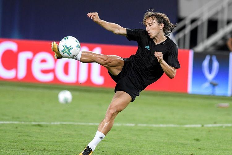 Gelandang Real Madrid, Luka Modric, mengontrol bola dalam sesi latihan tim menjelang pertandingan Piala Super Eropa melawan Manchester United di National Arena Filip II, Skopje, 7 Agustus 2017.