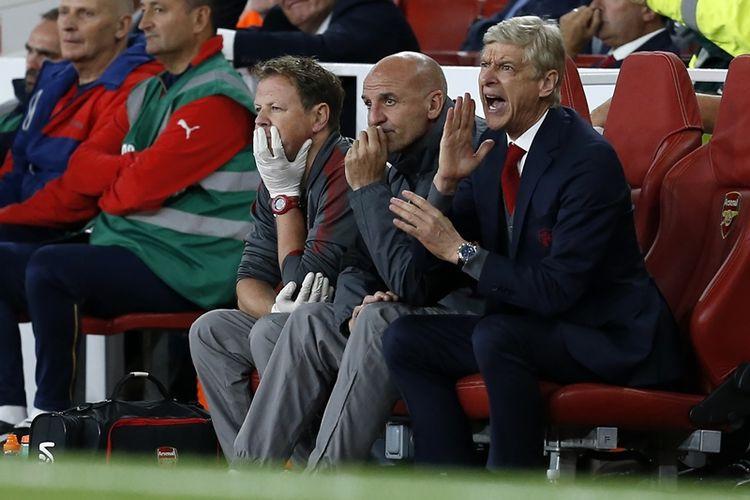 Manajer Arsenal, Arsene Wenger (kanan), asisten manager Steve Bould (tengah) dan fisioterapis Colin Lewin (kiri) menunjukkan reaksi mereka dalam pertandingan pembuka Premier League melawan Leicester City di Emirates Stadium, London, Jumat (11/8/2017).
