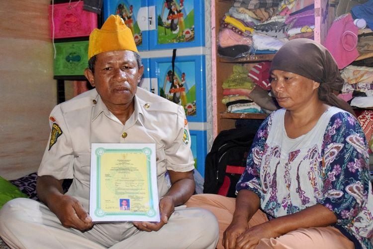 Muahir Ladari (kiri) bersama istrinya, Nurma, menunjukan surat pengesahan veteran dari negara. Muahir merupakan seorang pejuang veteran seroja yang bertugas di Kota Dili Timor Timur tahun 1975