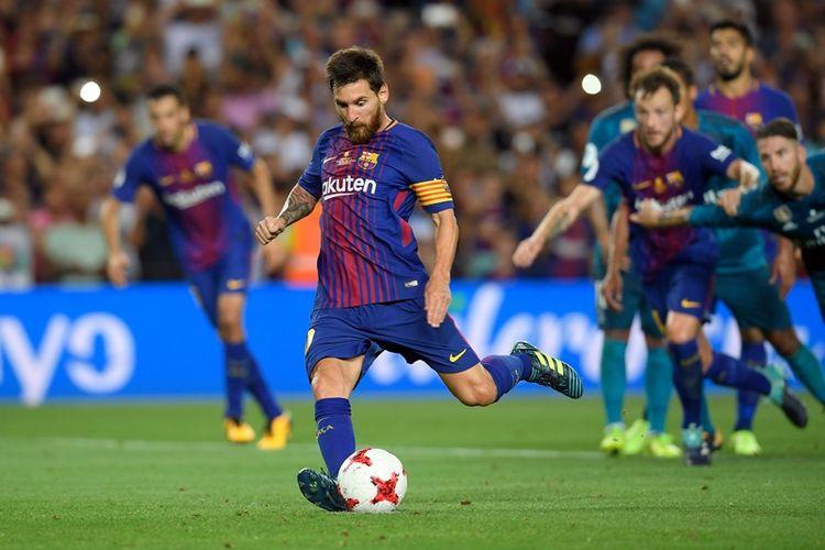 Penyerang Barcelona asal Argentina, Lionel Messi, mengeksekusi penalti dalam pertandingan leg pertama Piala Super Spanyol di Camp Nou, Minggu (13/8/2017). Real Madrid menang 3-1.