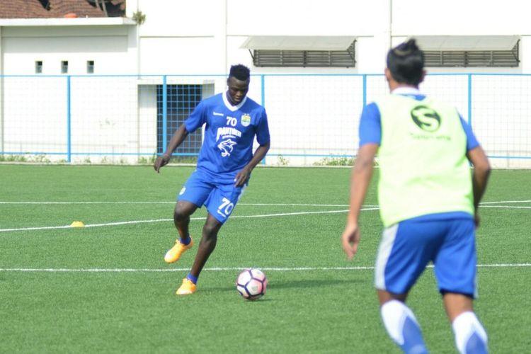 Bomber anyar Persib Ezechiel NDouassel saat berlatih di Lapangan Lodaya, Rabu (16/8/2017)