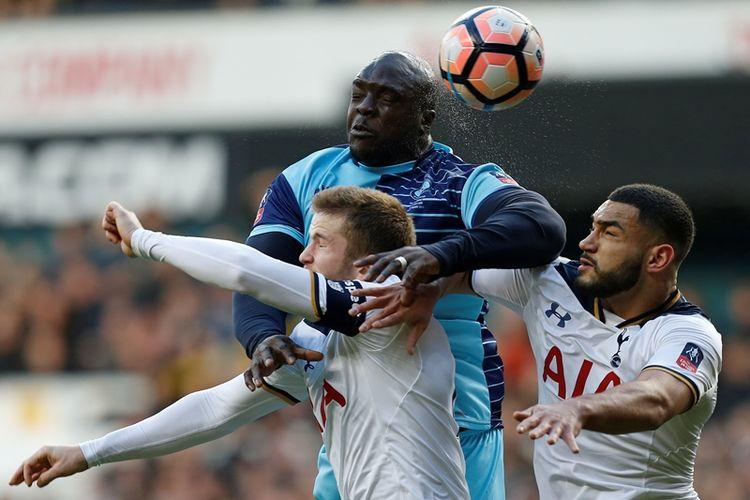 Striker Wycombe Wanderers, Adebayo Akinfenwa (tengah), berebut bola di udara dengan bek Tottenham Hotspur, Eric Dier (kiri) dan Carter-Vickers, dalam pertandingan putaran keempat Piala FA di White Hart Lane, London, 28 Januari 2017.