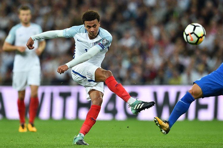 Gelandang timnas Inggris, Dele Alli, melepaskan tembakan yang gagal menghasilkan gol dalam pertandingan kualifikasi Piala Dunia 2018 melawan Slovakia di Wembley Stadium, London, 4 September 2017.