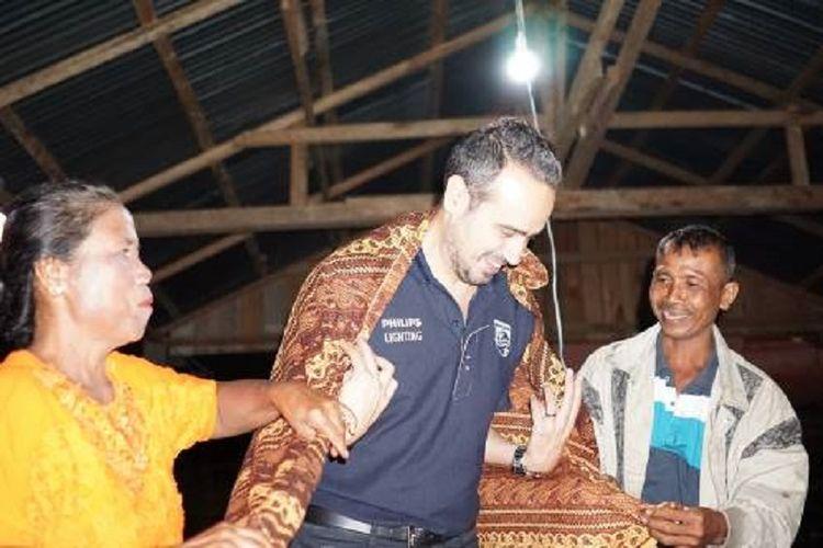 Country Leader Philips Lighting Indonesia Rami Hajjar menerima kehormatan berupa pengalungan kain tradisional dari Kepala Desa Namo Mira Parman Silalahi, Rabu (5/9/2017).