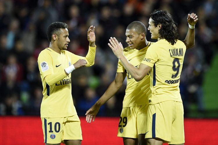 Penyerang Paris Saint-Germain, Neymar (kiri), striker Kylian Mbappe dan Edinson Cavani (kanan), melakukan selebrasi setelah menjebol gawang Metz (FCM) dalam pertandingan Ligue 1 di Saint-Symphorien stadium, Longeville-les-Metz, Jumat (8/9/2017).