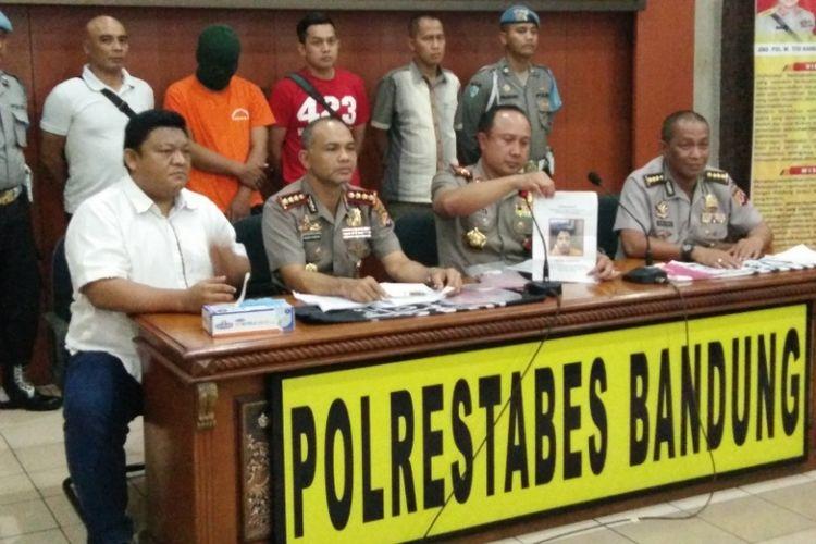 Kapolda Jawa Barat Irjen Pol Agung Budi Maryoto didampingi Kapolrestabes Bandung Kombes Pol Hendro Pandowo saat gelar perkara kasus penghinaan terhadap Ibu negara Iriana Jokowi di Mapolrestabes Bandung, Selasa (12/9/2017) sore.