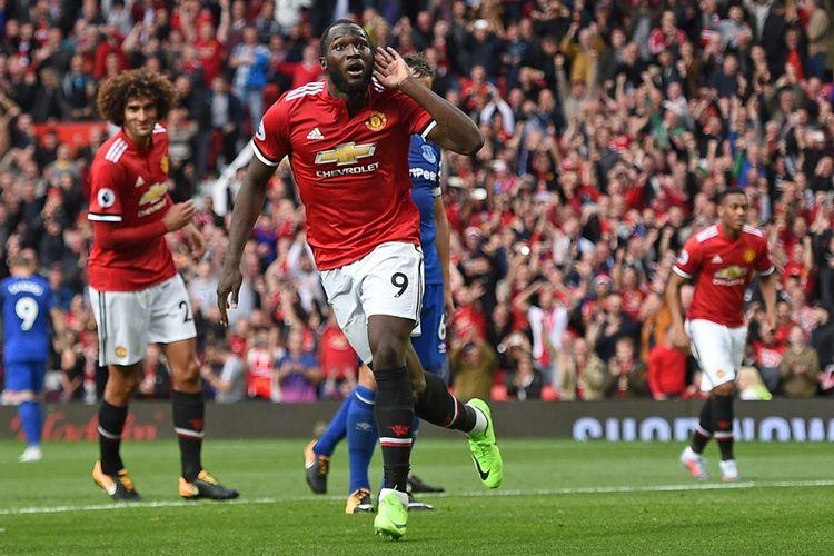 Striker Manchester United asal Belgia, Romelu Lukaku (tengah), melakukan selebrasi setelah mencetak gol ke gawang Everton dalam pertandingan Premier League di Old Trafford, Manchester, Minggu (17/9/2017).