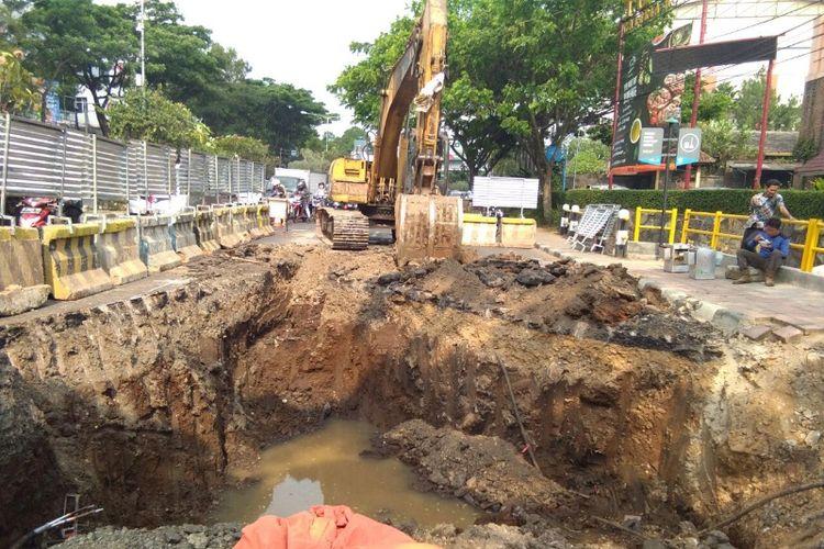 Sebuah alat berat tengah mengeruk jalan di kawasan Pasteur, Bandung, Selasa (19/9/2017). Proyek tersebut dikerjakan oleh Kementerian PUPR untuk menyelesaikan persoalan banjir di Bandung.