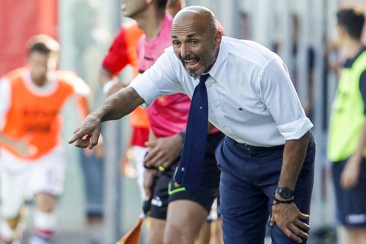 Pelatih Inter Milan, Luciano Spalletti, bereaksi ketika melihat pertandingan timnya melawan Crotone dalam ajang Serie A di Ezio Scida Stadium, 16 September 2017.