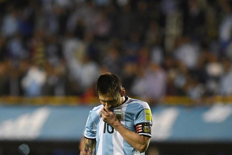 Ekspresi striker Argentina, Lionel Messi, setelah timnya ditahan imbang tanpa gol oleh Peru dalam pertandingan Kualifikasi Piala Dunia 2018 zona Amerika Selatan di Buenos Aires, 5 Oktober 2017.