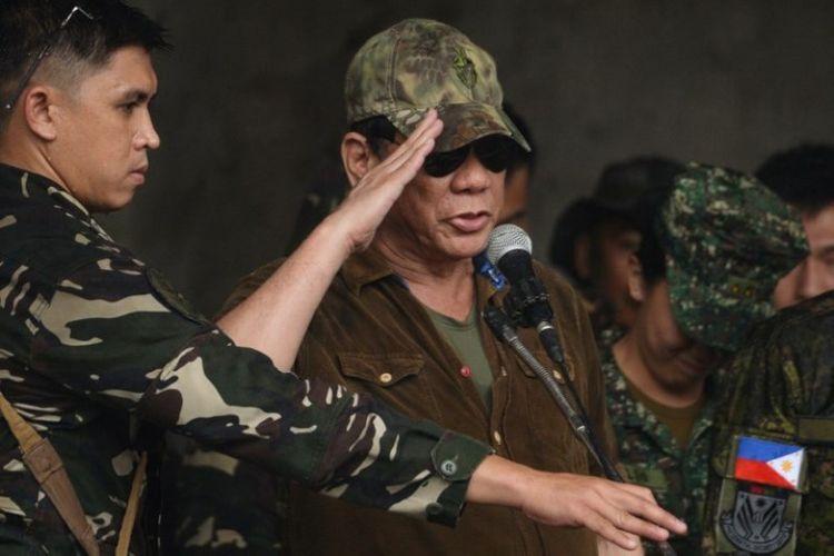 Presiden Filipina Rodrigo Duterte memberi hormat untuk para prajurit yang bertempur di Kota Marawi.