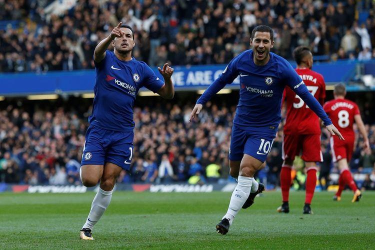 Gelandang Chelsea, Pedro (kiri), melakukan selebrasi bersama Eden Hazard setelah mencetak gol ke gawang Watford dalam lanjutan Premier League di Stamford Bridge, London, Sabtu (21/10/2017).