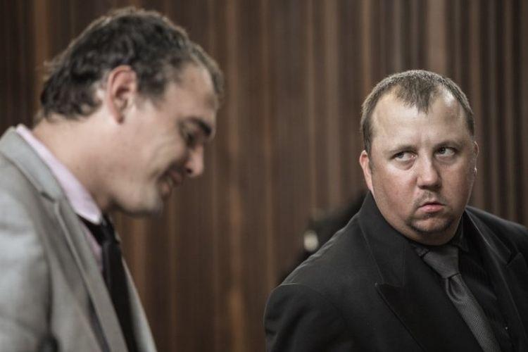 Willem Oosthuizen (kiri) dan Theo Jackson, dua petani yang mengancam akan membakar hidup-hidup seorang pria kulit hitam, dijatuhi hukuman penjara 19 dan 16 tahun.