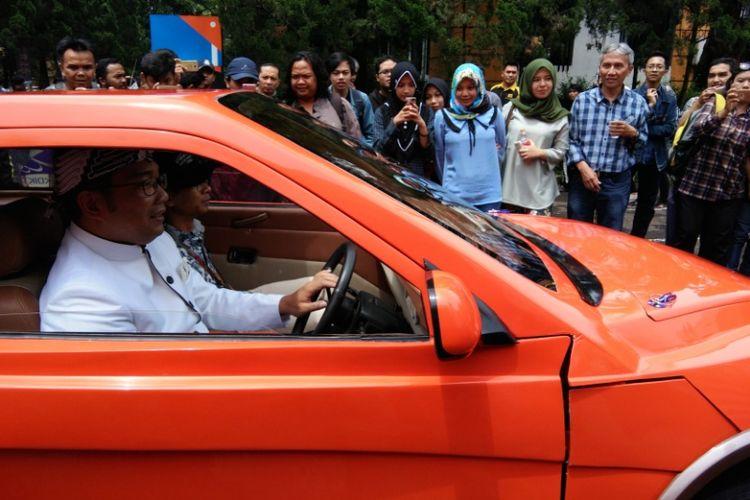 Wali Kota Bandung Ridwan Kamil saat mencoba mengendarai Evhero, mobil listrik karya Institut Teknologi Nasional (Itenas), Rabu (15/11/2017).