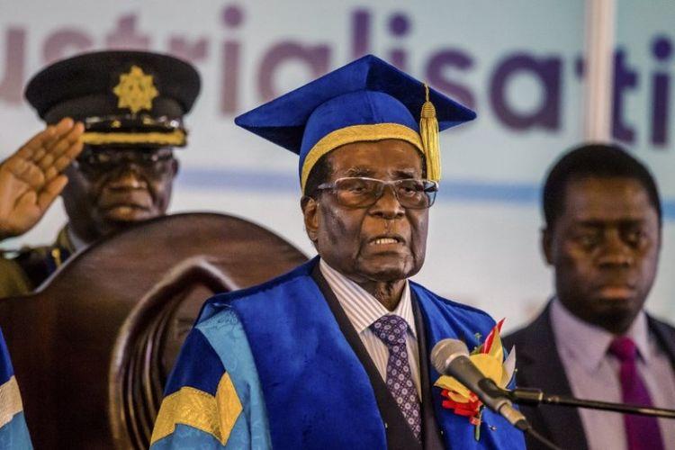Presiden Robert Mugabe menghadiri wisuda di sebuah universitas di Harare, Jumat (17/11/2017). Ini adalah penampilan publik pertama Mugabe setelah intervensi militer.