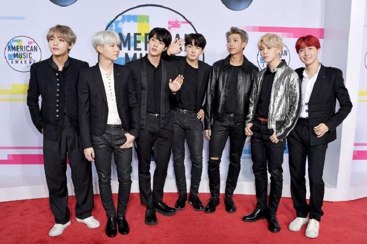 Boyband asal Korea Selatan BTS menghadiri American Music Awards 2017 yang diselenggarakan di at Microsoft Theater, Los Angeles, California, Minggu (19/11/2017).