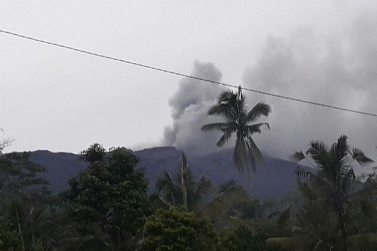 Gunung Agung meletus pada Selasa (21/11/2017) pukul 17.05 Wita. Tampak asap kelabu dan abu tipis bertiup ke arah timur dan tenggara dari puncak kawah.