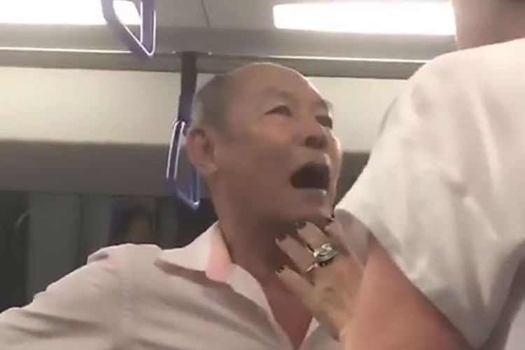 Seorang pria tua berdebat dengan seorang penumpang di kereta bawah tanah Singapura yang berusaha menengahi perdebatannya dengan seorang pemuda. Perdebatan berawal ketika pria tua itu marah karena ajakannya bercinta ditolak seorang pemuda.