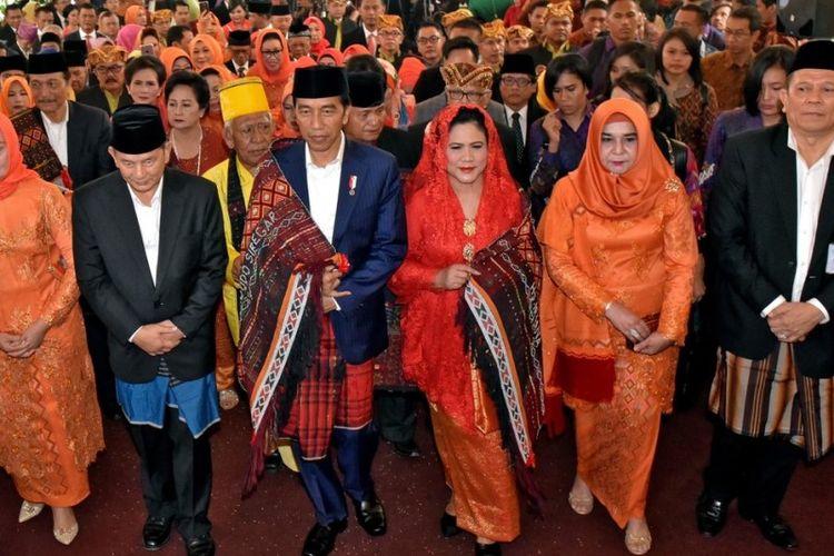 Presiden Joko Widodo dan Ibu Negara dengan Ulos Mandailing tiba di ruangan acara pesta adat Batak Mandailing di Medan, Sumatera Utara, Sabtu (25/11/2017).