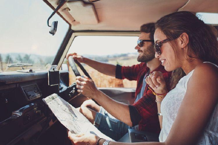 Menjelajah tempat baru bersama pasangan untuk semakin mempererat hubungan.