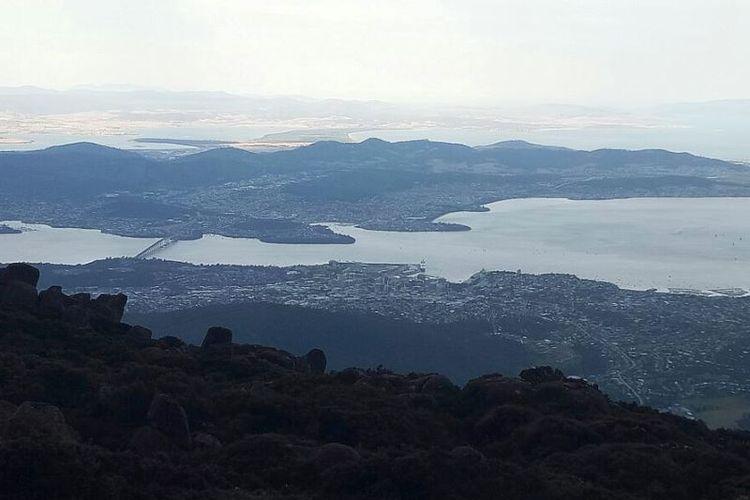 Kota Hobart dilihat dari puncak Gunung Wellington.
