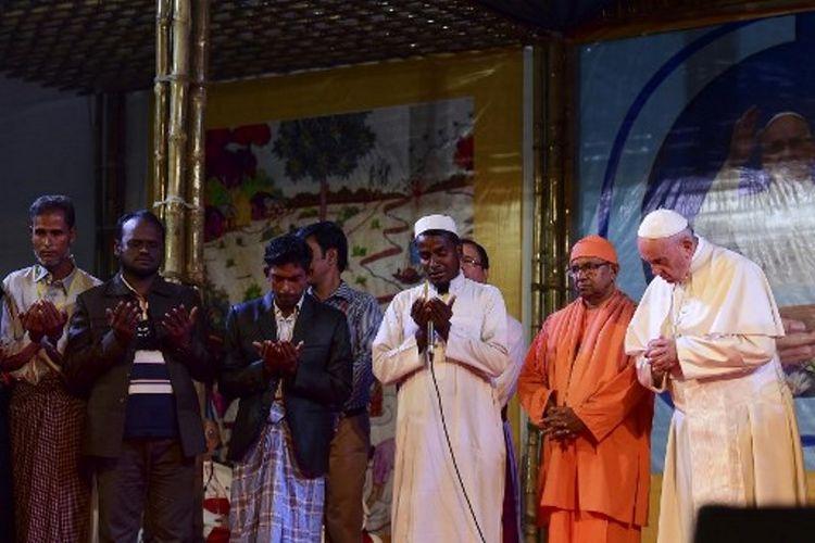 Paus Fransiskus (paling kanan) berdoa bersama para pengungsi Rohingya di Dhaka, Bangladesh. Untuk pertama kalinya, paus 80 tahun mengucapkan Rohingya setelah selama empat hari terakhir tidak mengatakannya di Myanmar (1/12/2017).