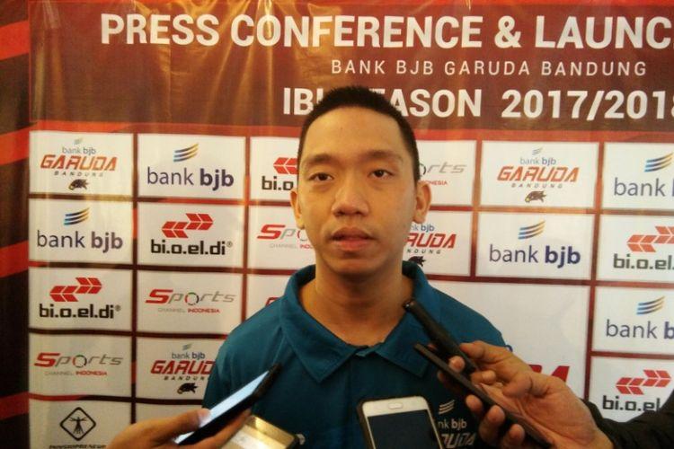Pelatih Bank BJB Garuda Bandung, Andre Yuwadi saat diwawancarai awak media usai launching tim Gsruda Bandung, Senin (4/12/2017).