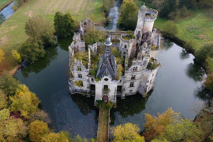 Lebih dari 7.400 orang dari seluruh dunia mengumpulkan uang untuk membeli sebuah benteng kastil tua yang bersejarah dari abad 13, Chateau de la Mothe-Chandeniers. (AFP/Guillaume Souvant)