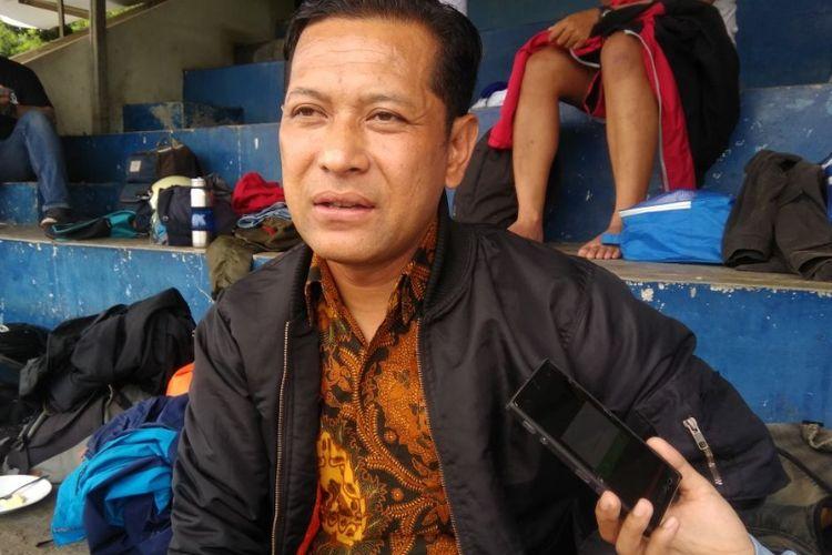 Legenda hidup Persib Bandung, Yudi Guntara saat ditemui wartawan di Lapangan Lodaya, Kamis (7/12/2017).