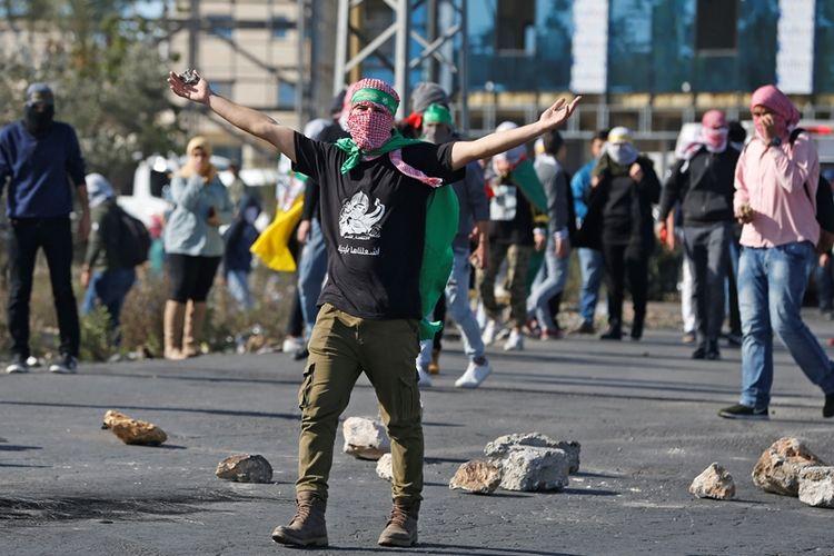 Warga Palestina bentrok dengan petugas keamanan Israel dalam aksi protes yang terjadi di Tepi Barat, Senin (11/12/2017).