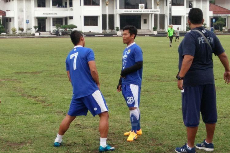 Gelandang Eka Ramdani hadir dalam latihan perdana Persib di Lapangan Sesko AD, Jalan Gatot Subroto, Rabu (13/12/2017) sore.
