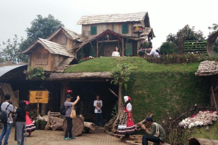 Sejumlah pengunjung saat mengabaidkan gambar di objek wisata Hobbiton Farmhouse Lembang, Jawa Barat, Jumat (15/12/2017).
