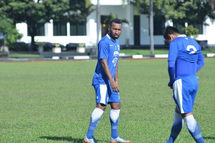 Patrich Wanggai saat ikut berlatih bersama Persib dalam sesi latihan pagi di Lapangan Sesko AD, Jalan Gatot Subroto, Senin (18/12/2017).
