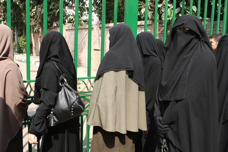 Mahasiswi di sebuah perguruan tinggi di Kairo mengenakan cadar di lingkungan kampus.