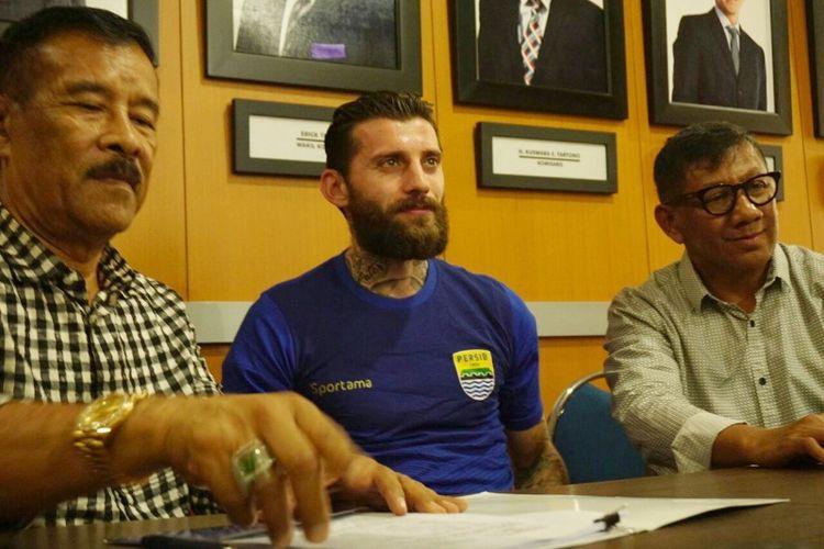Bojan Malisic, saat menandatangani kontrak sebagai pemain Persib di Graha Persib, Jalan Sulanjana, Jumat (5/1/2018).