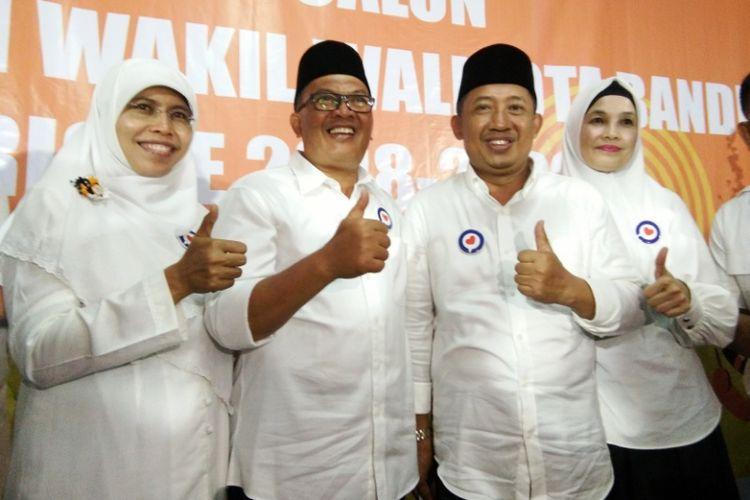 Pasangan Oded M Danial (kiri) dan Yana Mulyana (kanan) seusai mendaftar ke KPU Kota Bandung untuk maju sebagai calon wali kota dan wakil wali kota Bandung, Rabu (10/1/2018) malam.