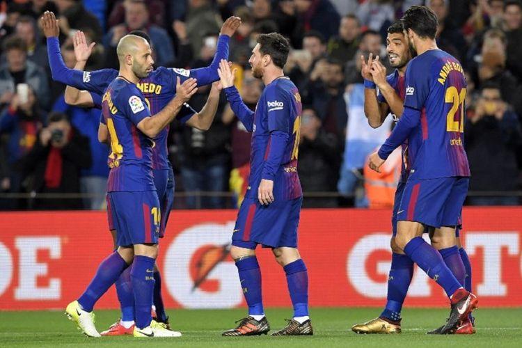 Penyerang FC Barcelona, Lionel Messi (tengah), melakukan selebrasi dengan rekan-rekan setimnya pada laga kedua babak 16 besar Copa del Rey, di Stadion Camp Nou, Kamis (11/1/2018).