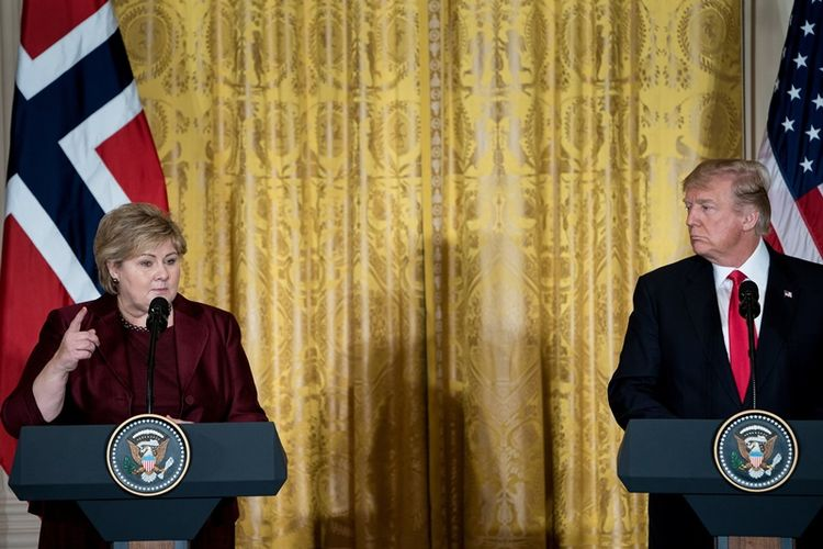 Presiden Amerika Serikat, Donald Trump (kanan), dalam konferensi pers bersama dengan Perdana Menteri Norwegia, Erna Solberg, di Gedung Putih, Washington, Rabu (10/1/2018).