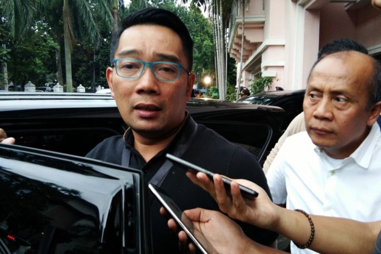 Bakal calon gubernur Jabar, Ridwan Kamil saat diwawancarai usai menjalani tes kesehatan di RSHS Bandung, Kamis (11/1/2018).