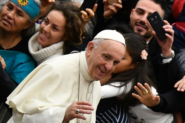 Paus Fransiskus bertemu umatnya dalam audiensi mingguan di Vatikan, Rabu (10/1/2018).