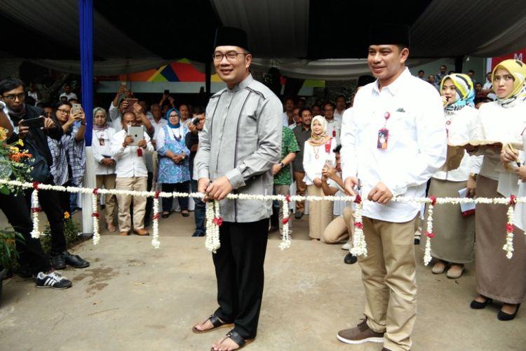 Wali Kota Bandung Ridwan Kamil saat melakukan prosesi gunting pita dalam peresmian masjid Maaimmaskuub PDAM Tirtawening, Jalan Badaksinga, Jumat (12/1/2018).