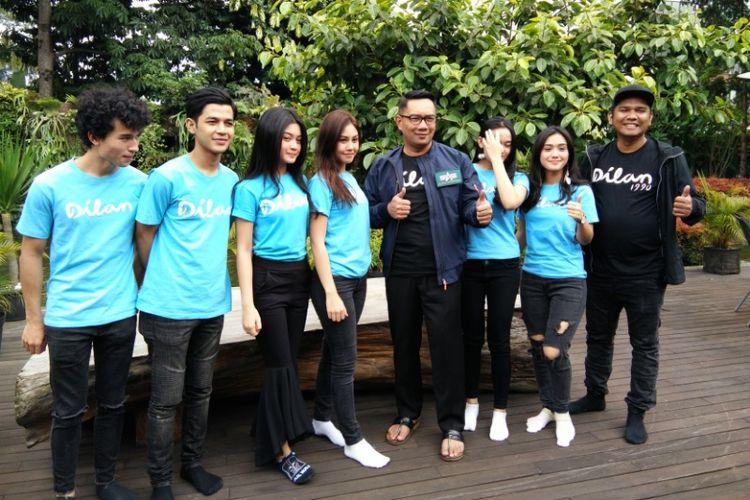 Sutradara fim Dilan, Fajar Bustomi (kanan) bersama pemeran film Dilan saat berfoto dengan Wali Kota Bandung Ridwan Kamil di Pendapa Kota Bandung, Rabu (17/1/2018) sore.