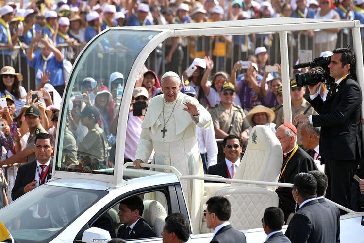 Paus Fransiskus melambai ke kerumunan di pangkalan udara Las Palmas di Lima, Peru, di mana paus akan merayakan misa, pada Minggu (21/1/2018). (AFP/Vincenzo Pinto)