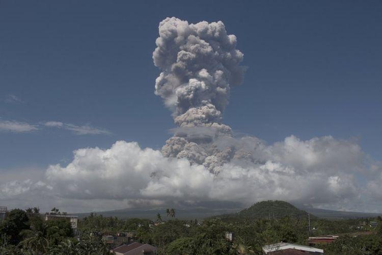 Gunung Mayon di Filpina mengeluarkan gumpalan asap raksasa pada Senin (22/1/2018) siang. (AP Photo)